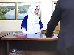 Arab girlfriend giving head to big dick in hotel